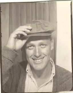 In de zomer van 1961 verdiende Hugo Brandt Corstius bij in de Del Montefabriek in Californië. Daar hoorde die pet bij.
